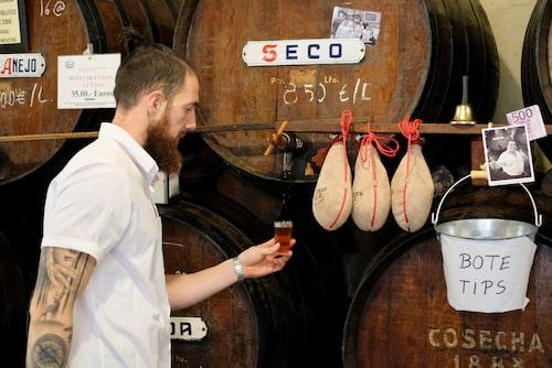Det är många fat att välja bland när man ska beställa sitt glas på Antigua Casa Guardia, Málagas äldsta vinbar.