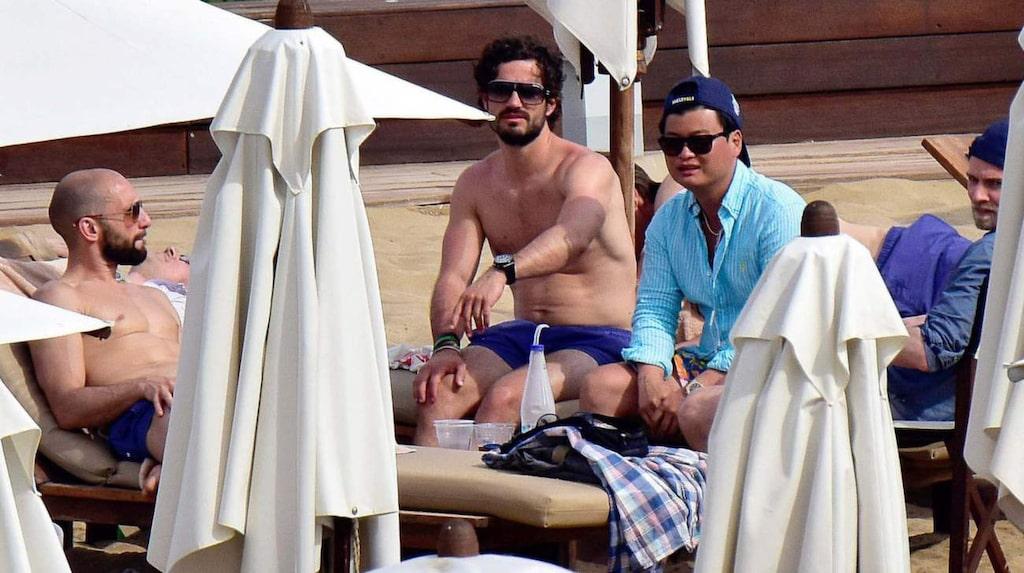 Prinsen njöt av solen på den exklusiva strandklubben.
