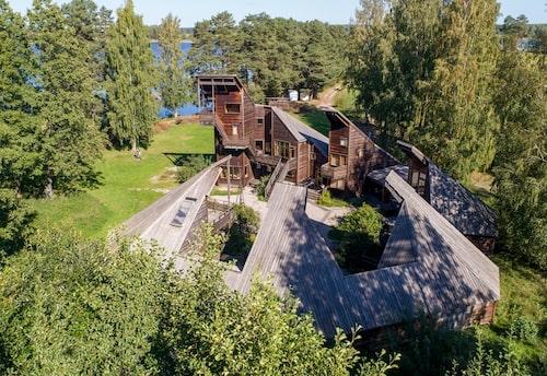 Alla husen öppnar sig både på höjden och mot varandra i en nästan komplett cirkel, endast mot vattnet i väster finns en större öppning i byggnationen.