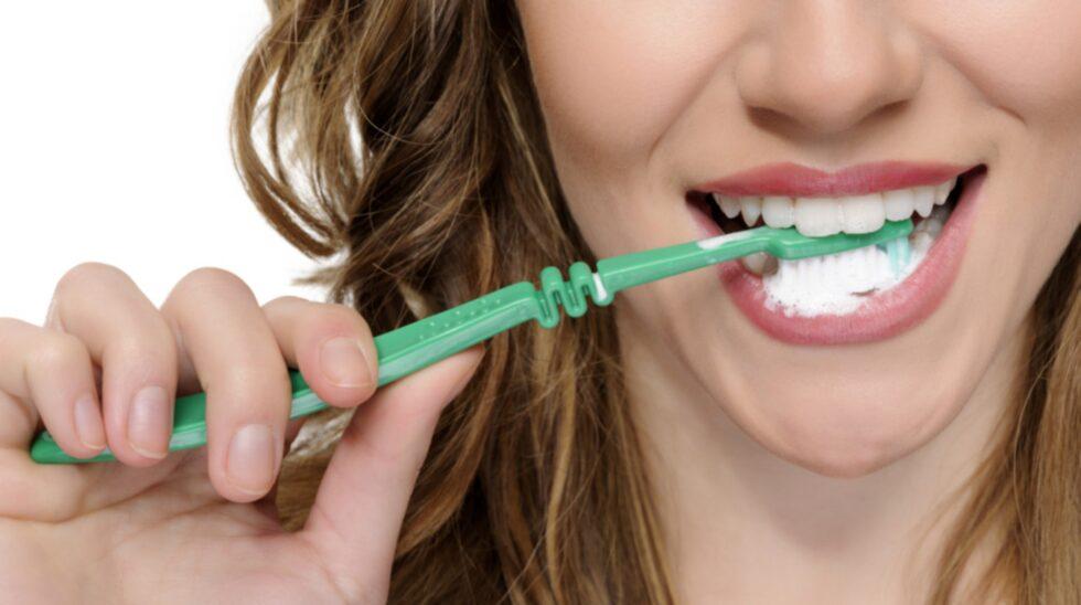 Välj en mjuk tandborste - och borsta inte för hårt.