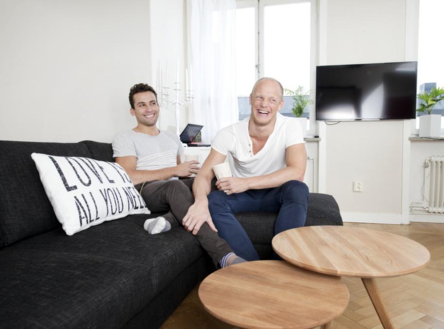"""""""Let's dance""""-profilen Tobias Karlsson och pojkvännen Tomasz Józiewicz njuter av livet på smått trångbodda 31 kvadratmeter. """"Det såg fruktansvärt ut när jag flyttade in, men nu är det fint tycker jag"""", skrattar Tomasz."""