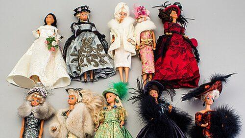10 Barbiedockor från 1900- och 2000-talen. Såldes för 3400 kronor.