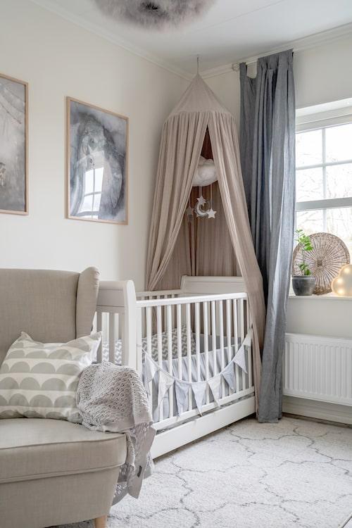 Harmonisk färgskala i yngsta sonens rum. Tavlor, Mrs Mighetto. Säng, Jollyroom.