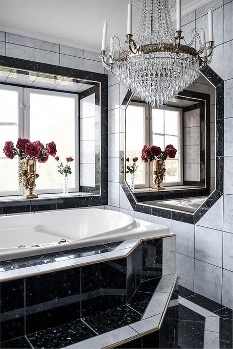 Kristallkronor hänger i såväl badrum som kök och sovrum.