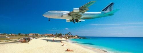 På Maho Bay hukar man under KLM:s jumbojet
