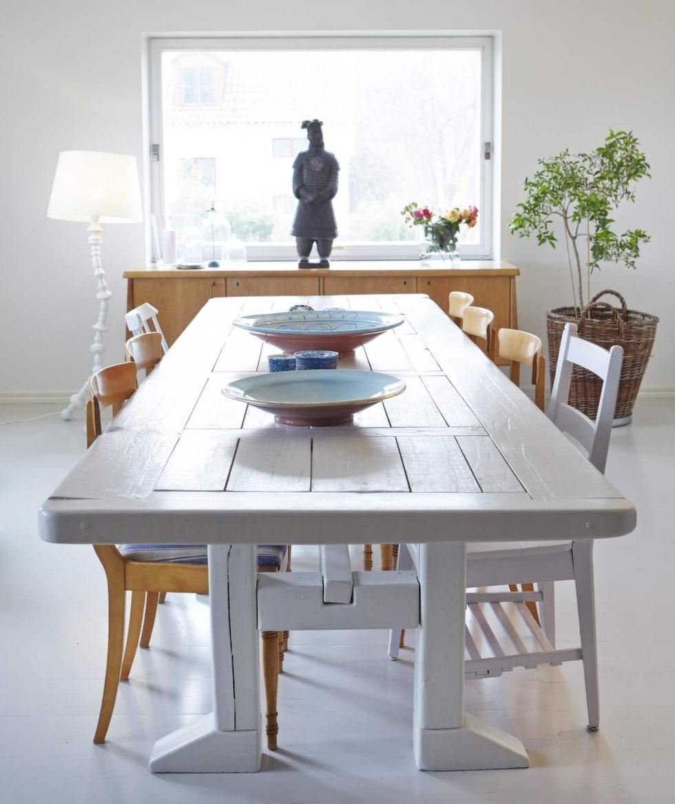 Matrummet är personligt med en blandning av gammalt och nytt, ärvt och nött. Matbordet har Fias pappa gjort själv, pinnstolar ärvda från Fias föräldrar, klädda stolar från Fias morföräldrar.