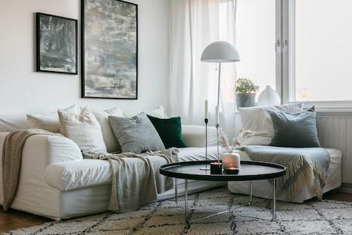 Mycket textilier, stora mattor och gardiner som går ända upp i taket är några av Sandras bästa tips. Tavlorna har hon gjort själv. Soffa Concept Living. Kuddar från Ikea och H&M Home. Plädar från Åhléns och ClubXpress. Soffbordet är ett Blocketfynd. Matta Ellos. Golvlampa Markslöjd.