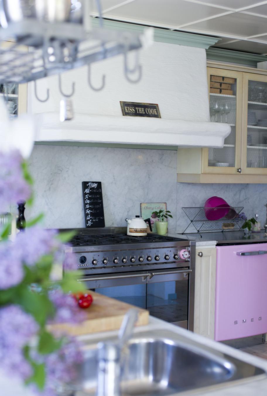 Färgklick<br>Diskmaskin och spis från Smeg som Fia och hennes man är återförsäljare till. I köket har familjen bytt knoppar och handtag, spis och diskmaskin för att skapa sin egen stil.