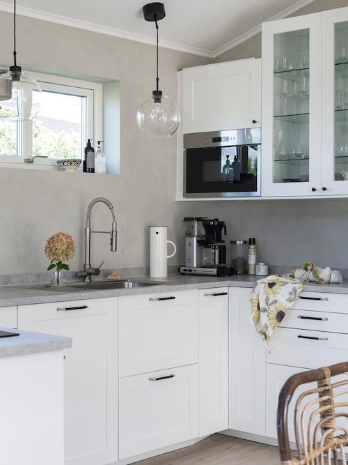 De grå och vita tonerna i kökshörnan gör att köket känns större. Solroshandduk, Fondaco.
