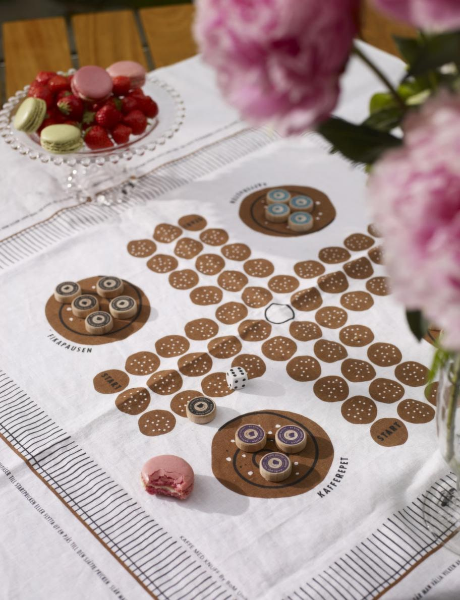Fikaspelsugen.Spelet Kaffe med knuff passar finfint till fikabordet, bara att duka upp till jordgubbarna eller fikat. Fika med knuff, 525 kronor, Designtorget.