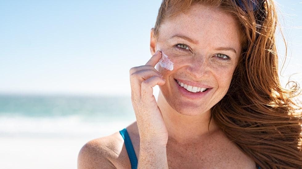 Solkräm är bara ett av tipsen när du vill sola säkert.