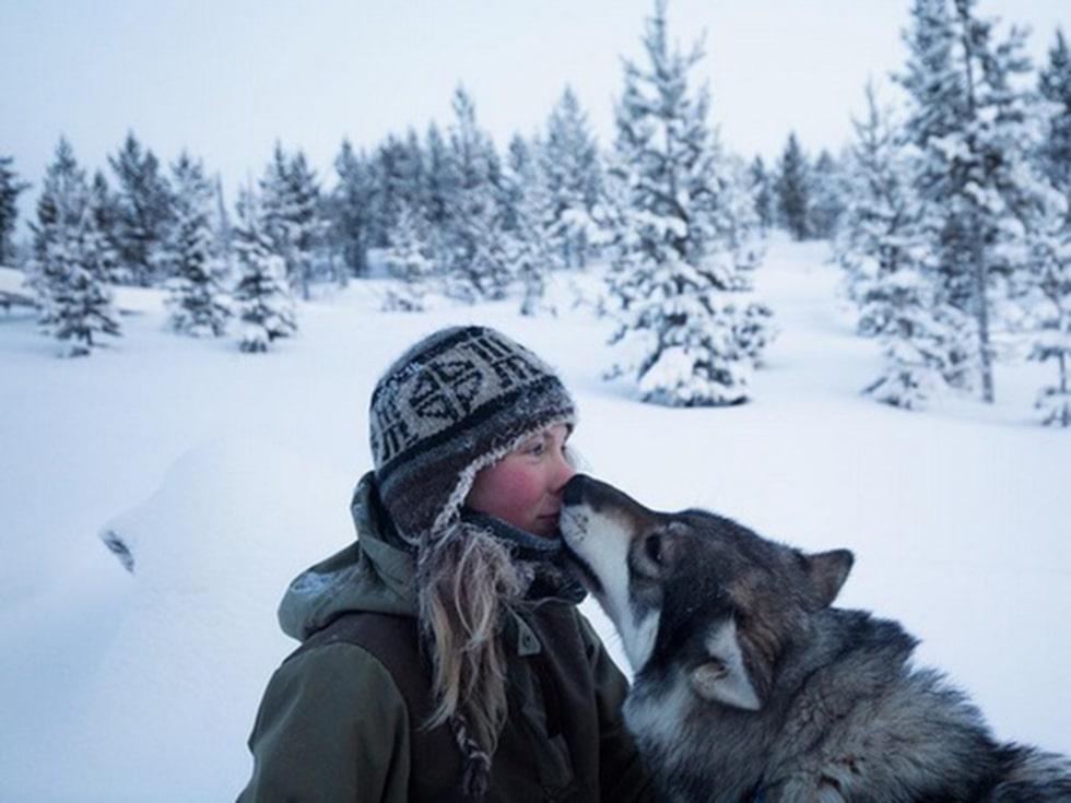 Tinja flyttade till en stuga utan vare sig el eller vatten mitt i den finska vildmarken, 30 mil från närmaste civilisation.