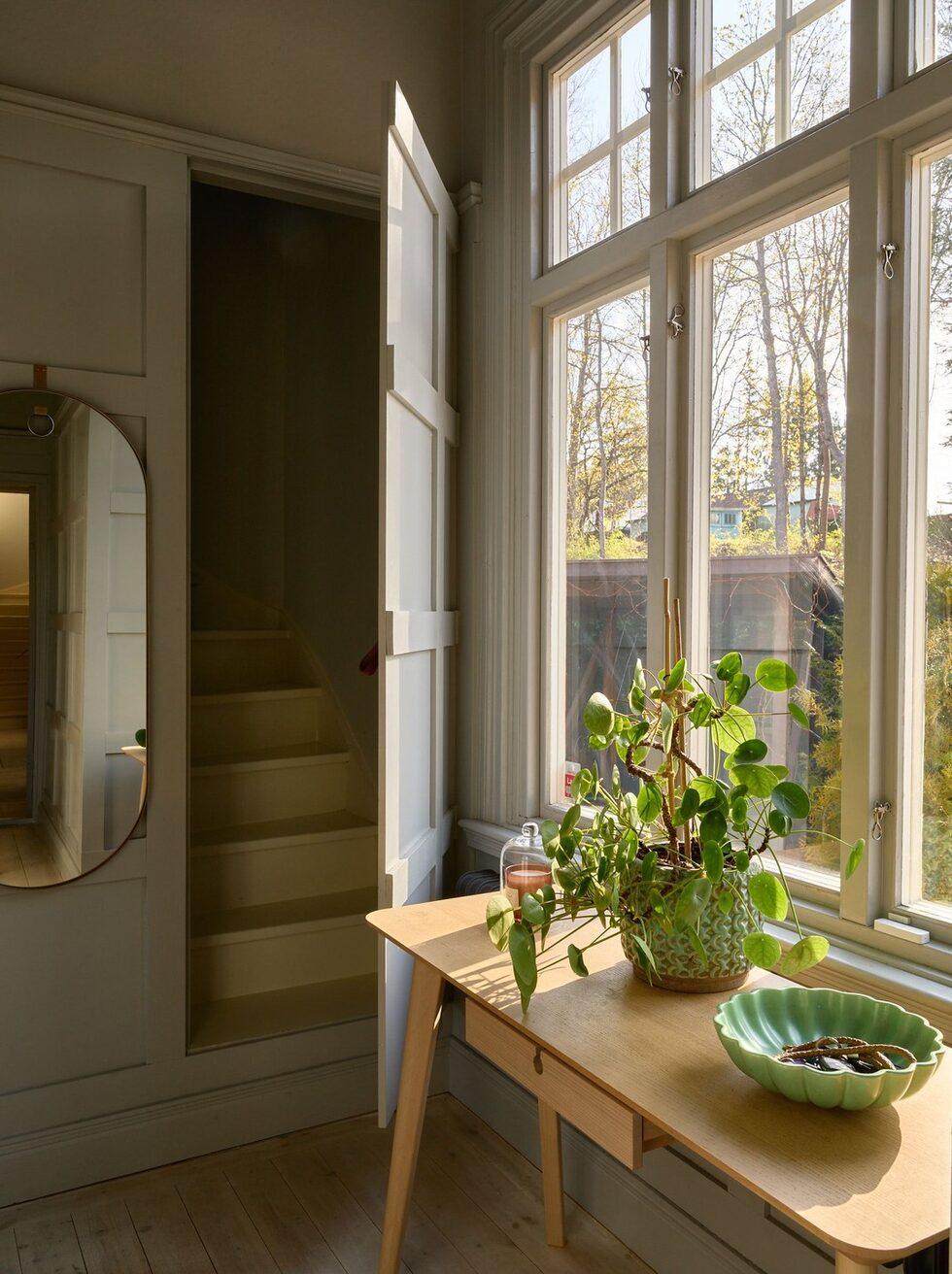 I hallen bakom en lönndörr finns en dold trappa som leder till gästrummet.