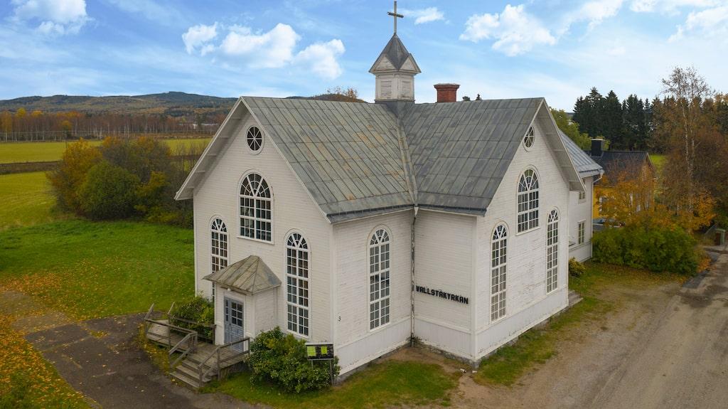 Vallstakyrkan är till salu. Köparen kan göra om byggnaden till bostad eller ha någon typ av verksamhet här.