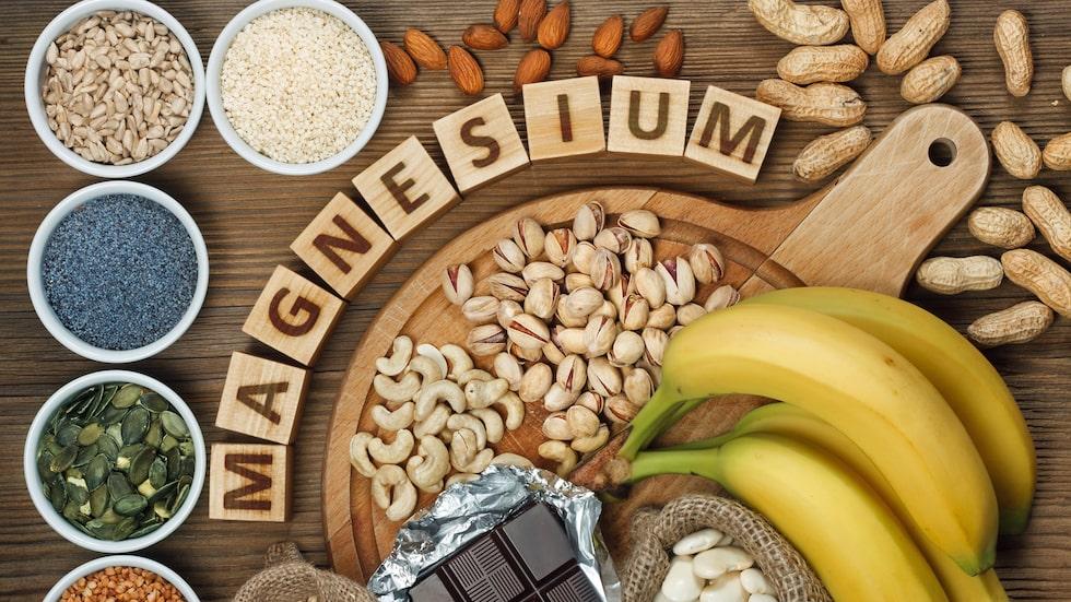 Magnesium finns bland annat i nötter, frön, baljväxter, fullkornsprodukter, kött, fisk och gröna bladgrönsaker.