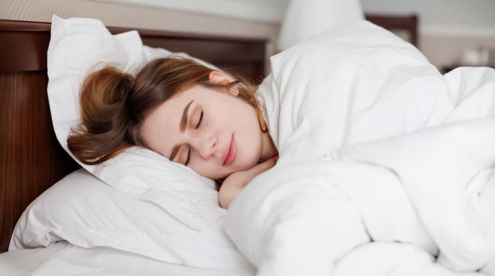 Hur man bäddar en säng så att det blir lika mysigt som på hotell? Busenkelt! Här har du knepen.