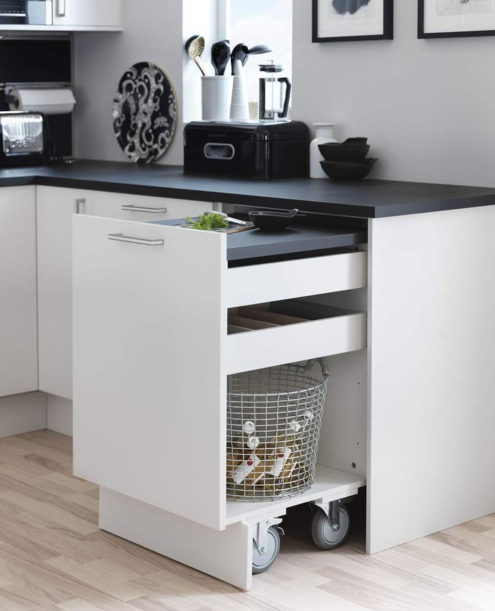 Utdragsskåp. Skåpet är egentligen en köksö och går att rulla ut. Ett praktiskt sätt att skapa nya arbetsytor. Skåpet är en vårnyhet från Marbodal och är inte prissatt.