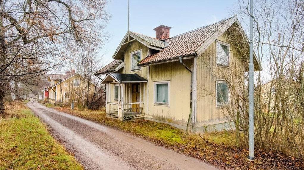 Huset är på totalt ungefär 100 kvadratmeter och har ett stort renoveringsbehov efter att ha stått tomt i över fyra decennier.