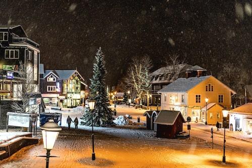 Julstämning på Åre Torg. Bra shopping och 15 restauranger inom 200 meters avstånd. Till vänster (i bilden) nya innekrogen Bombom, till höger Åre Hemslöjd och anrika hotellet Åregården