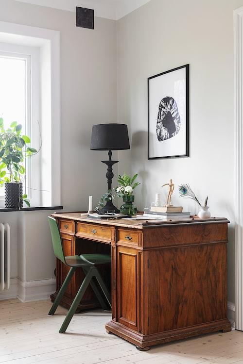 Det gamla skrivbordet kommer ursprungligen från Marcus farfars far och har använts i många generationer. Lampa från Tine K Home. Grön stol Copenhague från Hay.