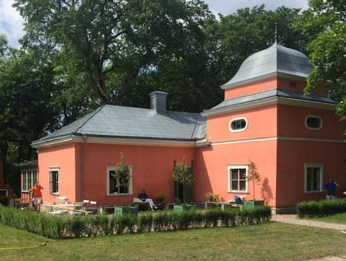 Vackra flygeln i Gustafsvik efter renoveringen.