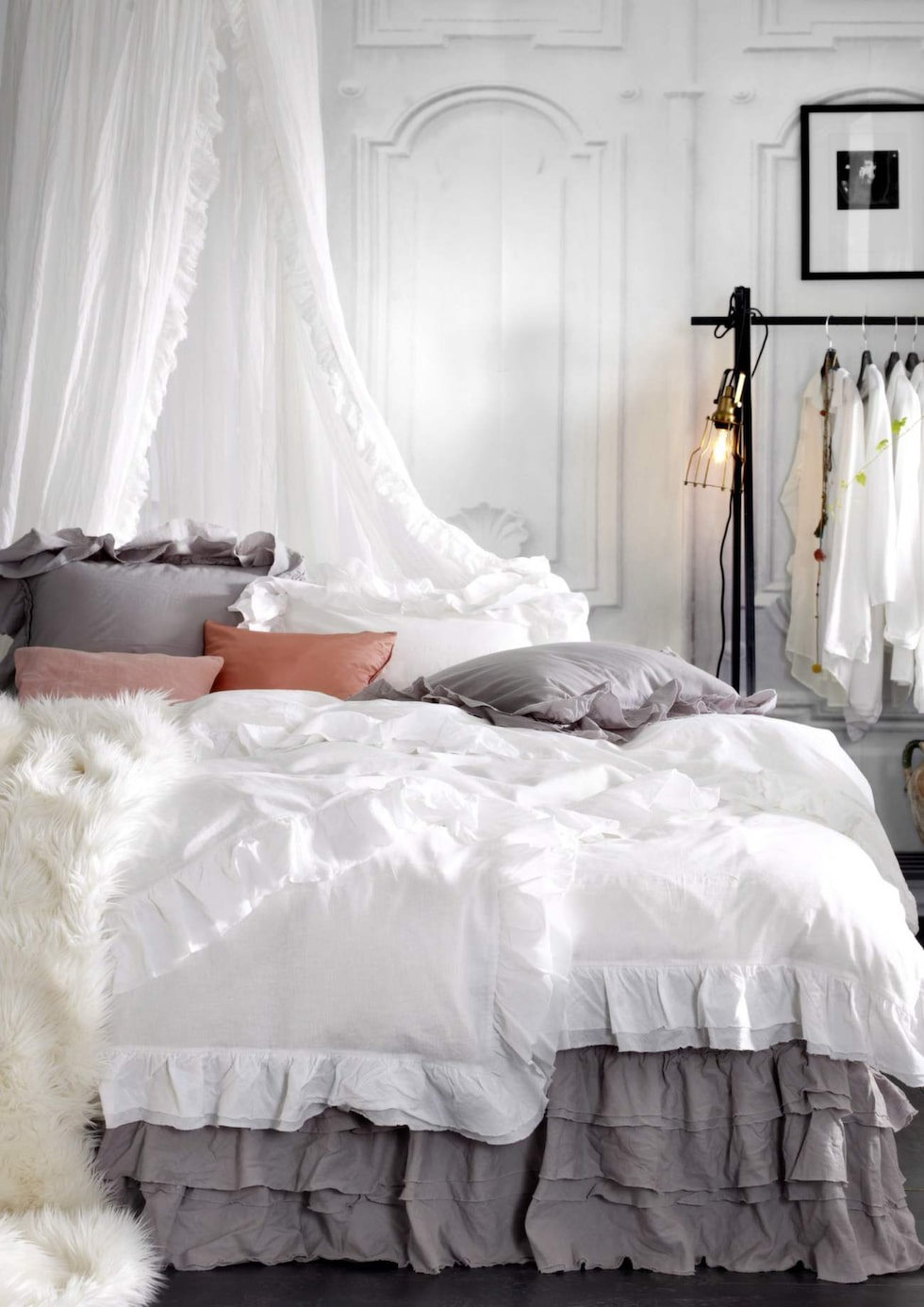 Volanger och skira toner i sovrummet. Sänghimmel Crystal, i bomull med volanger, ring 63 centimeter i diameter, 699 kronor. Romantisk sängkappa Fairy, i bomull med tredubbel volang, 499 kronor, allt från Ellos.