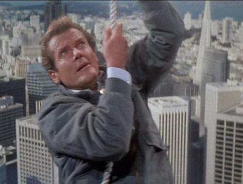"""Roger Moore hängande från Golden Gate i """"Ur dödlig synvinkel""""."""