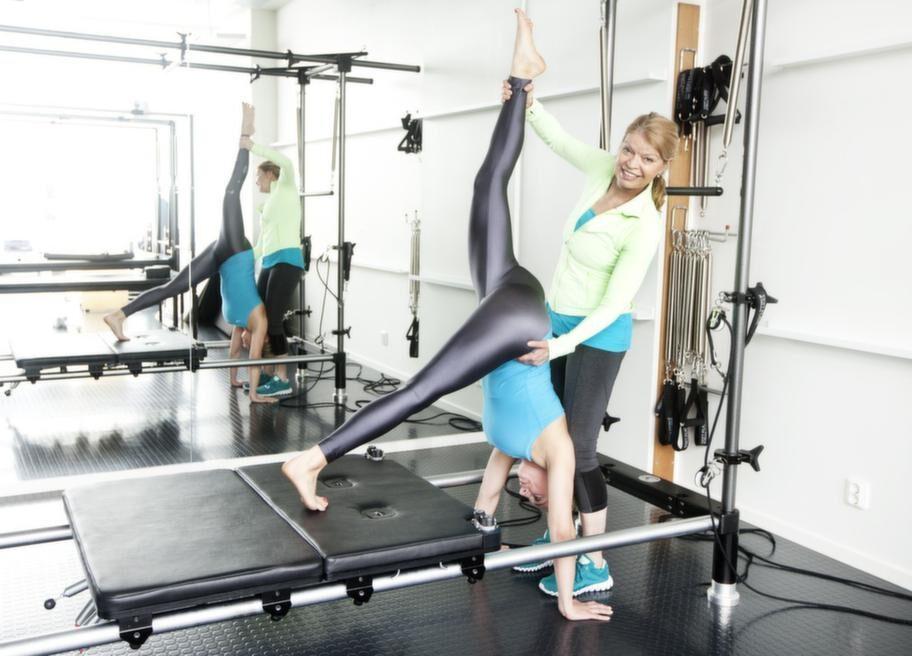 Maskinträning. Amelie Adolfsson tränar garuda med hjälp av Carita Lesche på Stockholms Pilates Center.