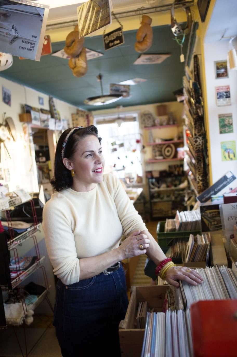 Rock'n''roll. Det var musiken som väckte Carolines intresse för 50-talet. Både hon och Angelo samlar på vinylskivor.