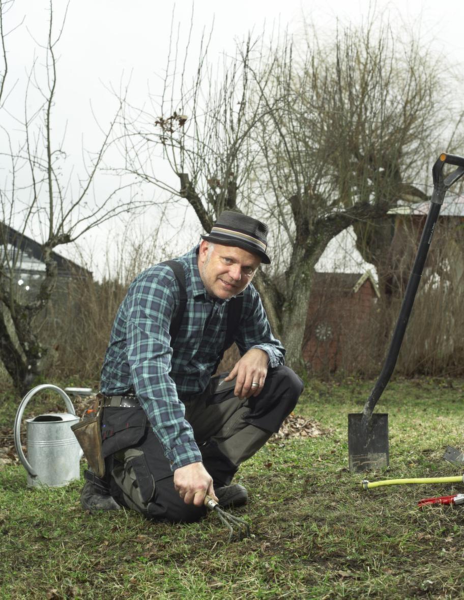 """Bo Rappne Ålder: 49. Familj: Fru och två barn. Yrke: Trädgårdsmästare i tv-programmet """"Äntligen hemma"""". Driver Ulriksdals slottsträdgård sedan 1985. Bor: I direktörsbostaden vid Ulriksdal i Solna."""