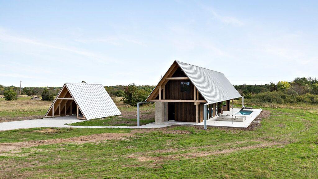 """Huset ligger på en ängstomt i Norrkvie fem kilometer från Burgsvik på södra Gotland. Den lilla """"tältbyggnaden"""" intill är ett garage."""