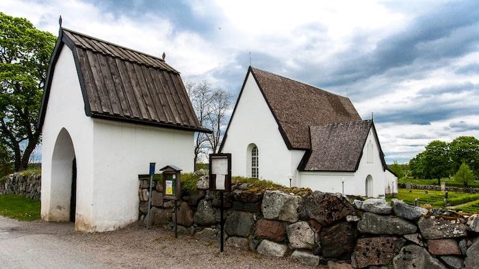 Härkeberga kyrkas yttre säger ingenting om Albertus Pictors överväldigande kalkmåleri på insidan.