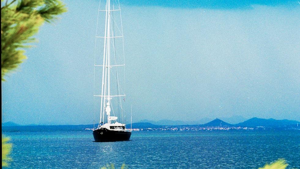 Den 170 mil långa kusten med över tusen öar är en upplevelse för båtfolk och utan motstycke i världen.