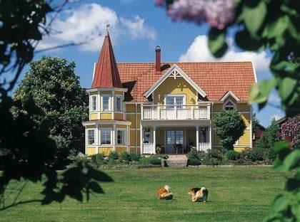 ARHOLMA - Tornvillan med många fönster. TYP: 2-planhus med sex rum och kök på 199,7 kvadratmeter. PRIS: 3 165 300 kronor 15 850 kronor kvadratmetern. HUSFÖRETAG:  Annebergshus  www.a-hus.se