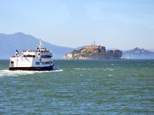 Båtturen ut till fängelset erbjuder fina vyer över staden.