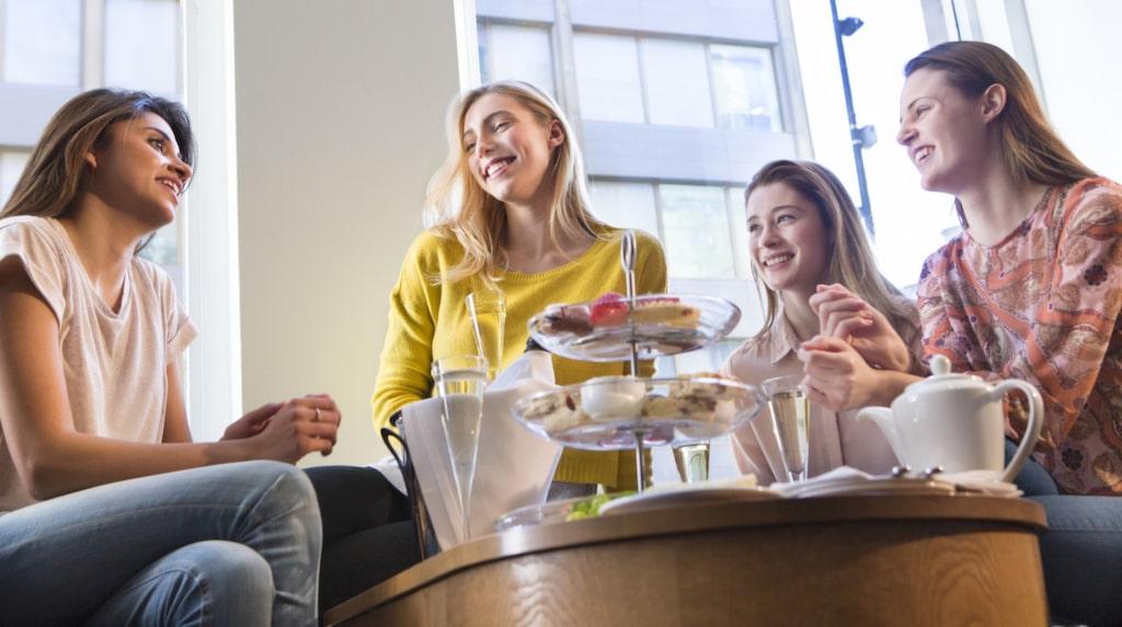 En trevlig eftermiddag med doftande te, små smörgåssnittar, varma scones och små kakor kanske passar perfekt? Kan inlösas en grå dag i februari till exempel.