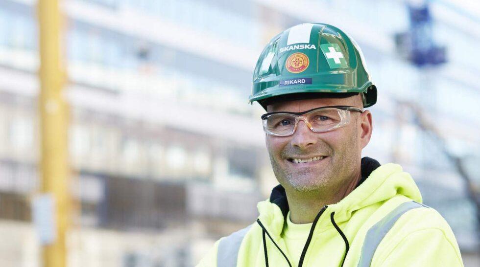 """Rikard Andersson, skyddsombud på Skanska, säger att det är viktigt att skydda sig rätt. """"Se till att använda nödvändig skyddsutrustning somskyddsglasögon, handskar, skyddsskor och rejäla arbetskläder"""", säger han."""