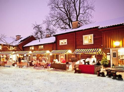 På julmarknad på Wadköping i Örebrou bjuds julmusik i Teaterladan och julgodis och pynt i bodar.