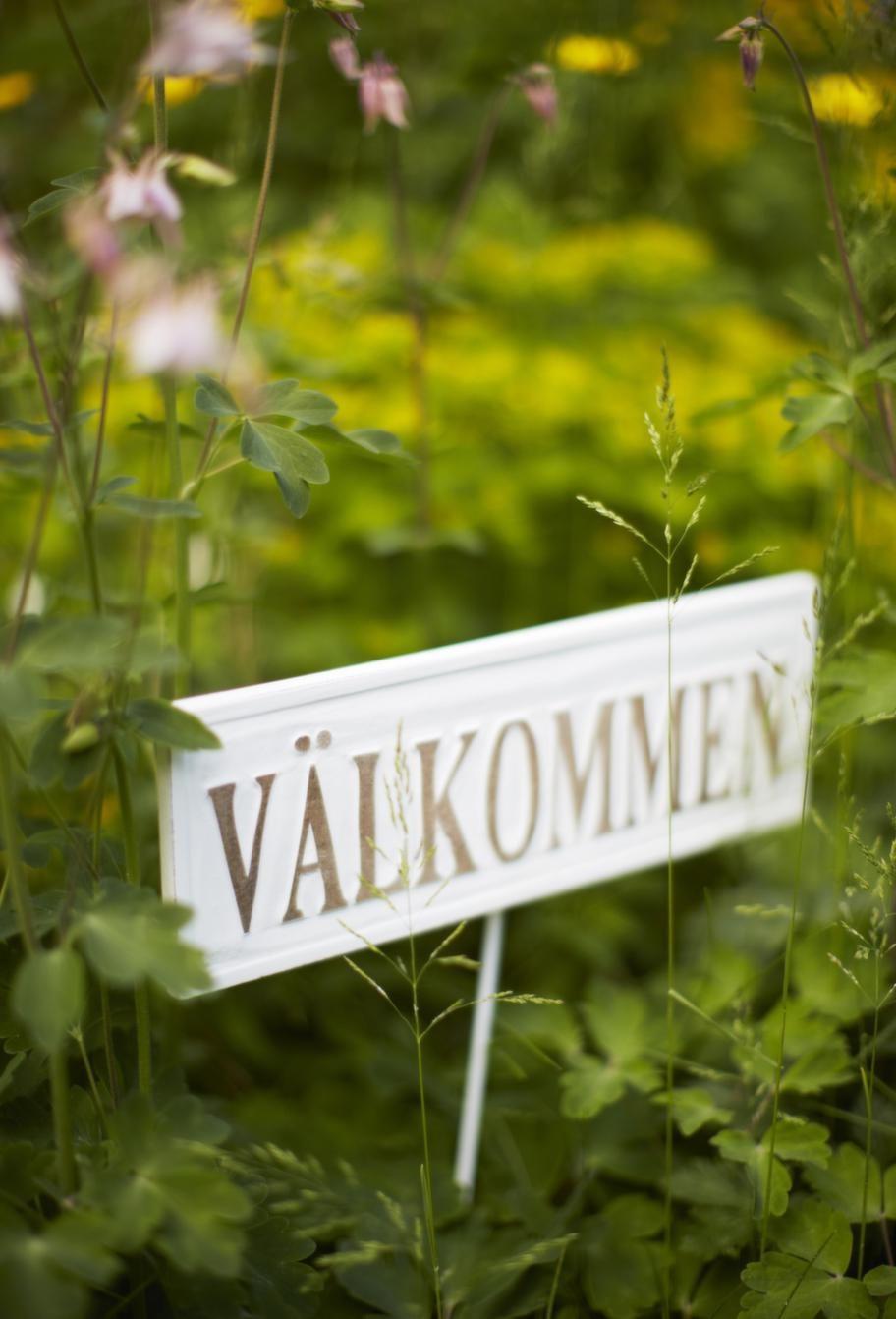 Välkomnande.Välkommen-skylt i trä, 80 kronor, Drömhuset.