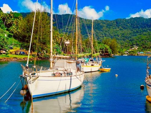 Segelbåtar för ankar utanför Amerikanska Samoaöarnas huvudstad Pago Pago.