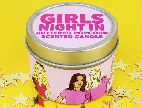 """... medan ljuset """"Tjejkväll"""" sprider en doft av nypoppade popcorn med smör."""