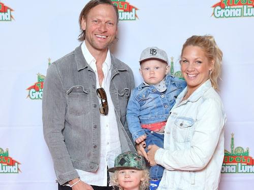 Anna Brolin med maken Jesper Rodhborn och sönerna Elton och Lionel.