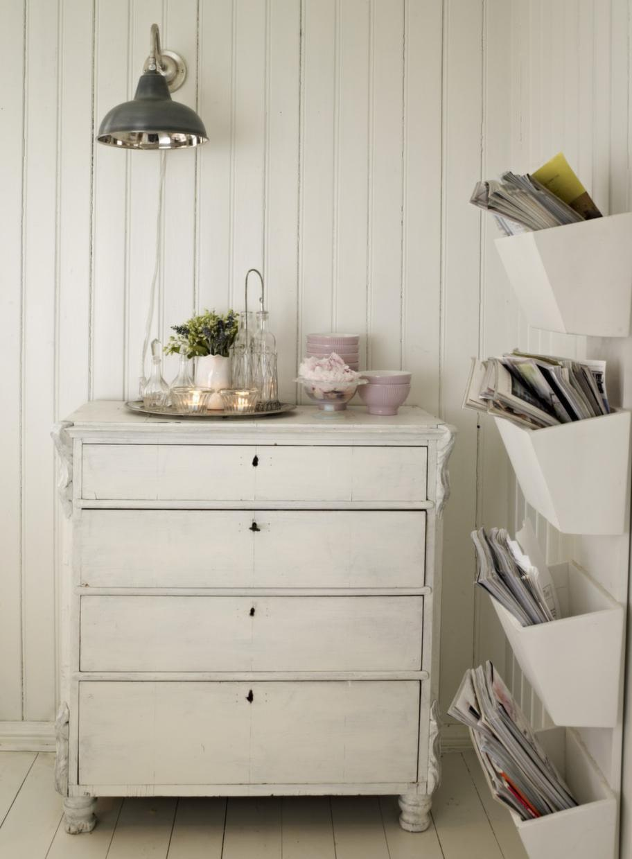 Målad. Med lite gips i målarfärgen får man en matt och rustik känsla på möblerna, här en vitmålad byrå.