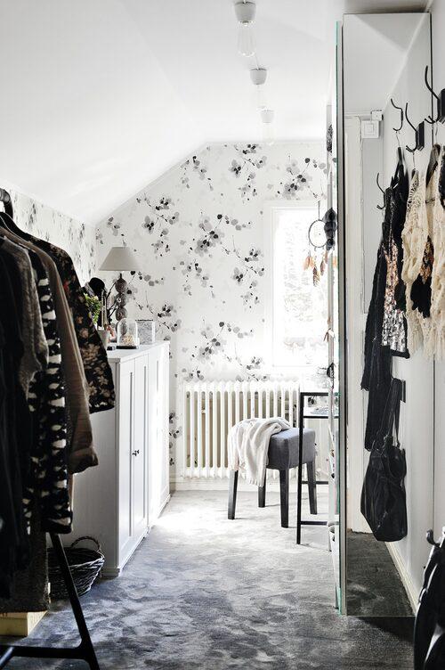 Sofias walk-in-closet var enbart en liten skrubb när de flyttade in. Tapet Mankai Man101, Midbec.