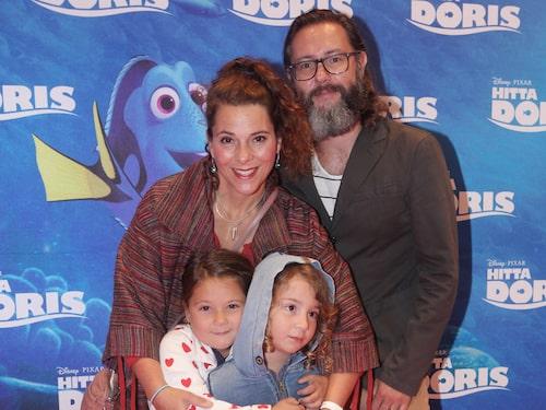 Vanna Rosenberg tillsammans med maken Ulf och barnen Dafne och Billie