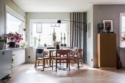 Klarlackat mdf-skåp från Superfront men med stomme från Ikea. Stolar från Stockholms auktionsverk. Bordsskivan i mdf, beställd genom lokalt sågverk, har lackats med flera lager klarlack för att matcha skåpet. Bordsbenen har spraymålats i mattsvart. Vägglampa Pholc Bellman.
