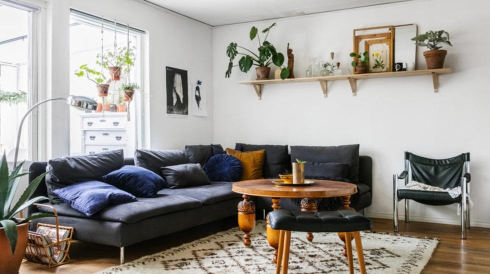 Soffhörna. I vardagsrummet har Malin valt en soffa från Ikea som rymmer hela familjen. Soffbordbord och mässingdetaljer från Larssons lager. Pall, fåtölj, tidningsställ, lampa och matta har Malin hittat på loppis.