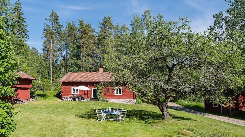 Det här charmiga torpet utanför Katrineholm kostar 995 000 kronor.