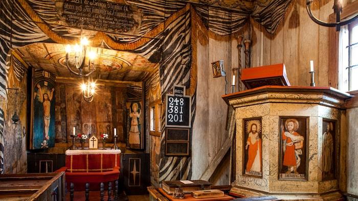 Den mycket intressanta Hedaredskyrkan från 1500-talet är landets enda bevarade stavkyrka. Insidan är täckt av bibliskt måleri direkt på träet på väggar och tak, så och bilderna innanför altarskåpets luckor.