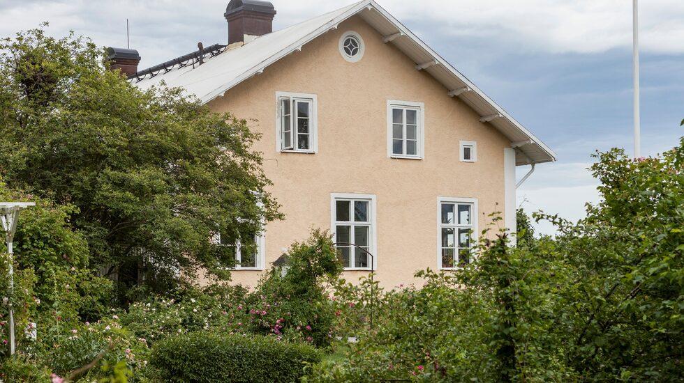 Det gula huset är en gammal skola byggd på 1800-talet. För tio år sedan köpte Mari och hennes familj huset och har förvandlat det till sitt hem.